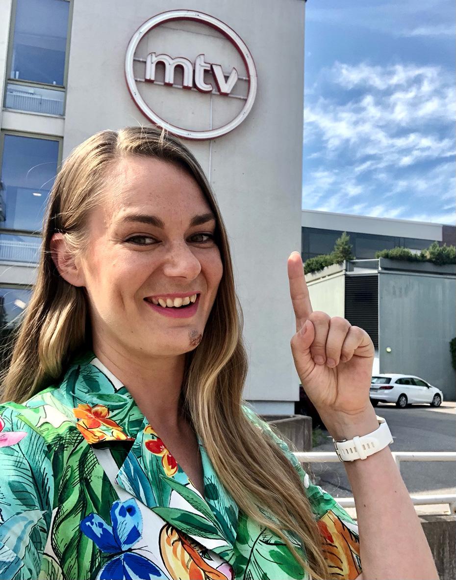 Jarna Hartikainen MTV:n talon edessä